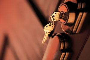 Conseils pour poser une serrure de porte en gardant son esthétisme